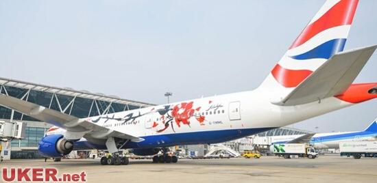 航空公司工程团队采用专业的技术,将彩绘喷涂上这架波音777-200飞机.